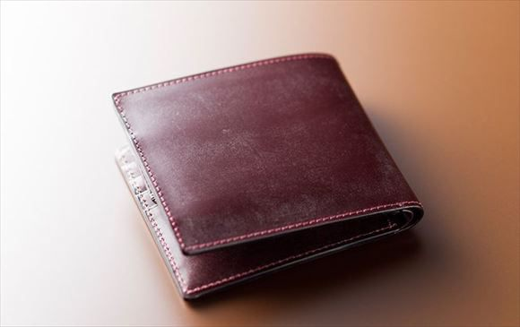 全面英国産最高級ブライドルレザー仕立てのメンズ二つ折り財布です