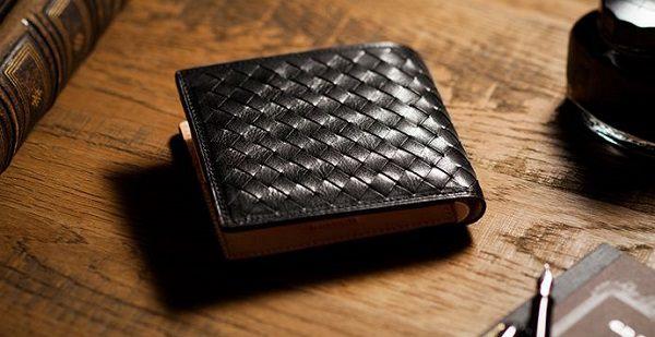 編み込みメンズ二つ折り財布です