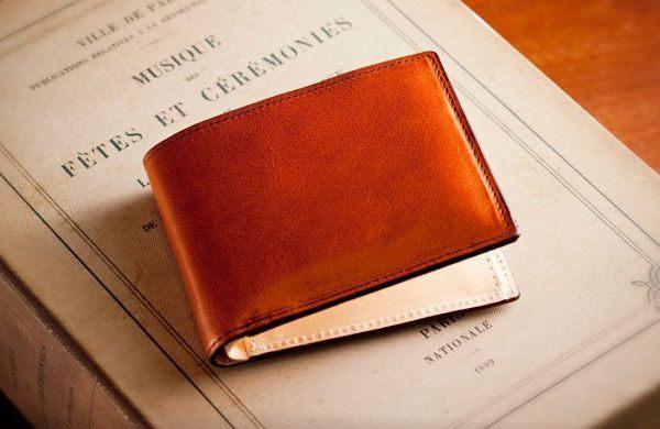 2万円ほどの予算ならこちらの二つ折り財布をプレゼントして間違いなしです