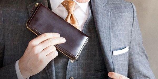 このラウンドファスナー長財布スーツとの相性が抜群です!