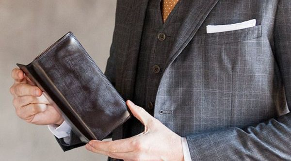 スーツとの相性が抜群に良いメンズ長財布