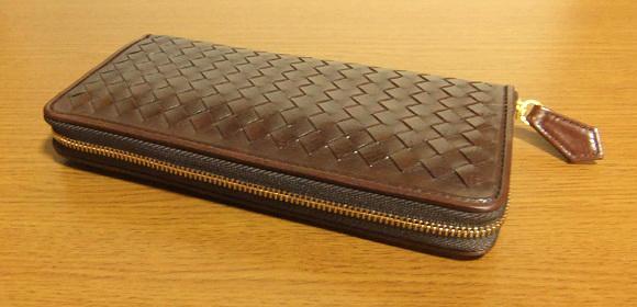 マットーネ・オーバーザウォレット間違いなしの編み込みラウンドファスナー長財布です