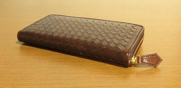 マットーネ・オーバーザウォレットは非常に雰囲気高い編み込みラウンドファスナー長財布です