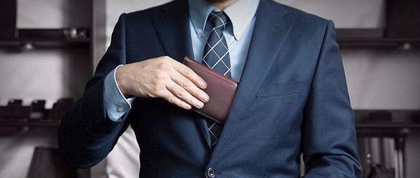 コードバン長財布はスーツとの相性が抜群に良い!