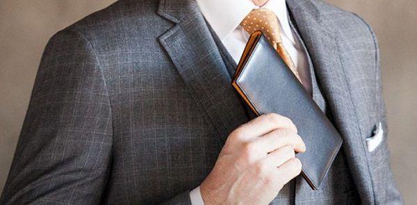 スーツとの相性が抜群に良いメンズ長財布です