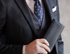 スーツと普段着で財布を使い分ける